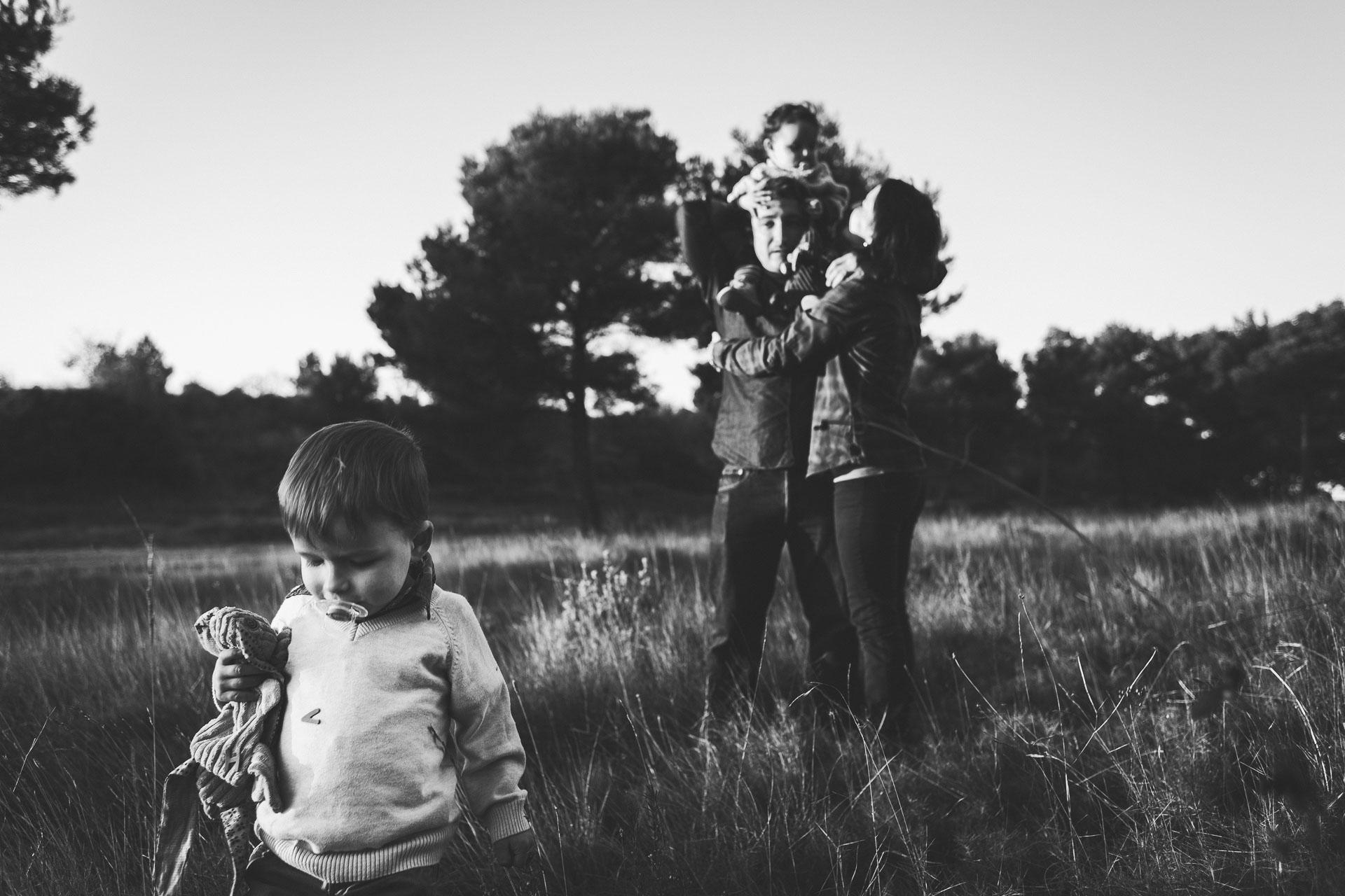 22-Portrait petit garcon avec famille en fond